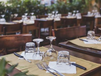 Tisch in Bar